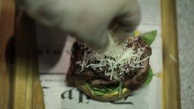 Hamburger verde del ristorante che cucina alimento, carne, barbecue, griglia, hamburger, hamburger, bbq, manzo, stock footage