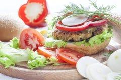 Hamburger, verdure ed erbe casalinghi Immagine Stock