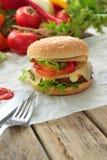 Hamburger z świeżymi warzywami Zdjęcie Stock