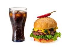 Hamburger z chili pieprzem i szkłem zimno kola obraz royalty free