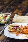 Hamburger z dłoniakami i sałatką Fotografia Stock