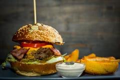 Hamburger z dłoniakami Zdjęcie Royalty Free