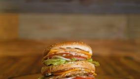 Hamburger z dwa warzywami i cutlets kłama na kawałku drewno jedzenie niezdrowy Profesjonalnie gotujący fast food zbiory