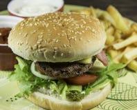 Hamburger z Francuskimi dłoniakami Obrazy Royalty Free