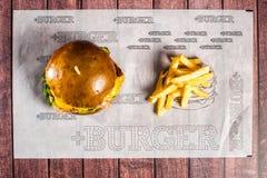Hamburger z indykiem na drewnianej desce obrazy royalty free