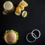 Hamburger z kubkiem zimny piwo, ketchup i crispy układy scaleni na d, Zdjęcie Stock