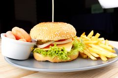 Hamburger z kumberlandem i dłoniakami Fotografia Royalty Free