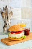 Hamburger z kurczaka cutlet, pomidorowym kumberlandem i mozzarellą, Fotografia Royalty Free
