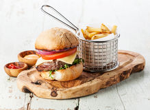 Hamburger z mięsem i francuzów dłoniakami fotografia royalty free