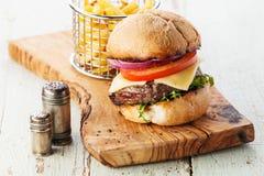 Hamburger z mięsem i francuzów dłoniakami obrazy royalty free