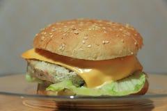Hamburger z mięsem i serem zdjęcia stock