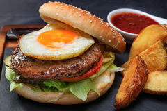 Hamburger z mięsem i jajkiem Zdjęcie Stock