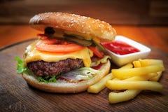 Hamburger z mięsem na drewnianej desce Zdjęcia Royalty Free