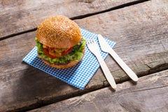 Hamburger z papierowym cutlery Zdjęcia Stock