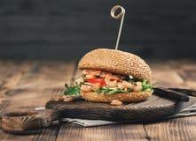 Hamburger z piec na grillu garneli, arugula, pomidoru i sera zamknięty up, Obrazy Royalty Free