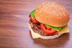 Hamburger z piec na grillu wołowiną Zdjęcie Royalty Free