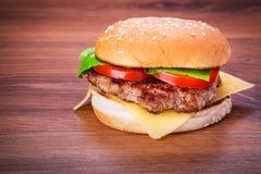 Hamburger z piec na grillu wołowiną Zdjęcia Royalty Free