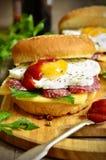 Hamburger z serem, salami i smażącym jajkiem, Zdjęcie Royalty Free
