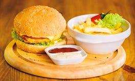 Hamburger z serowym mi?sem i sa?atk? Nabranie posi?ek Wy?mienicie hamburger z sezamowymi ziarnami Hamburgeru menu Wysoka kalorii  fotografia royalty free