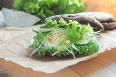 Hamburger z warzywami, gotowanym jajkiem i żyto chlebem, Pojęcie zdrowy łasowania lub jarosza jedzenie Obrazy Royalty Free