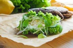 Hamburger z warzywami, gotowanym jajkiem i żyto chlebem, Pojęcie zdrowy łasowania lub jarosza jedzenie Zdjęcie Royalty Free