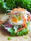 Hamburger z warzywami, gotowanym jajkiem i żyto chlebem, Pojęcie zdrowy łasowania lub jarosza jedzenie Obraz Stock