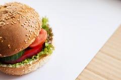 Hamburger z wołowiną, serem i warzywami na wieśniaka stole, Zbliżenie z kopii przestrzenią zdjęcia royalty free