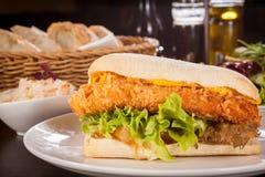 Hamburger z złotą kruszącą kurczak piersią Zdjęcia Stock