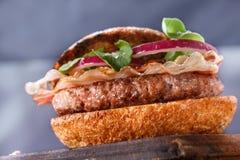 Hamburger zamknięty up na tnącej desce Zdjęcie Royalty Free
