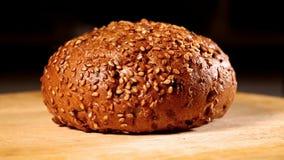 Hamburgerbroodje met zonnebloemzaden het roteren stock video