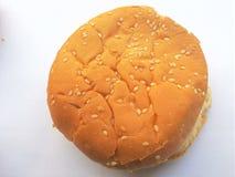 Hamburgerbroodje op witte achtergrond Royalty-vrije Stock Foto