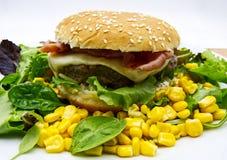 Hamburgercheeseburger op houten bureau, witte achtergrond stock afbeelding