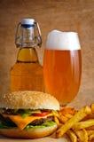 Hamburgermenü mit Bier Lizenzfreie Stockbilder