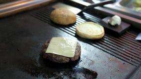 Hamburgerpasteitje met kaas stock footage