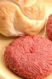 Hamburgerpastetchen mit Brötchen Lizenzfreie Stockfotos
