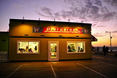 Hamburgerrestaurant op Santa Monica Pier onder purpere hemel stock foto