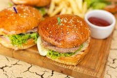 Hamburgers avec des fritures Photos libres de droits
