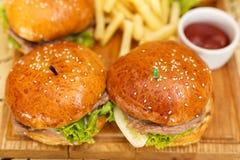 Hamburgers avec des fritures Photographie stock