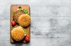 Hamburgers avec du boeuf et les tomates juteux photos libres de droits