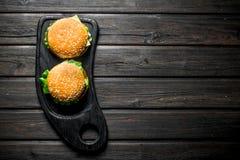 Hamburgers avec une c?telette de boeuf, des l?gumes et du fromage juteux photographie stock