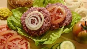 Hamburgers crus banque de vidéos
