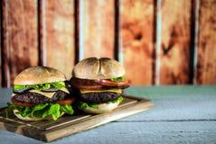 Hamburgers délicieux de fromage avec de la laitue et la tomate Closeu photos stock