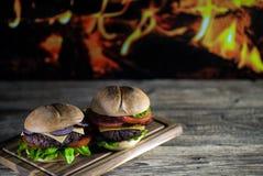 Hamburgers délicieux de fromage avec de la laitue et la tomate Closeu images stock