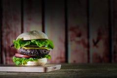 Hamburgers délicieux de fromage avec de la laitue et la tomate Closeu image stock