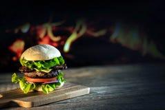 Hamburgers délicieux de fromage avec de la laitue et la tomate Closeu photographie stock libre de droits