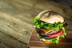 Hamburgers délicieux de fromage avec de la laitue et la tomate Closeu photographie stock