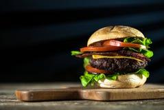 Hamburgers délicieux de fromage avec de la laitue et la tomate Closeu photos libres de droits