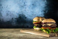 Hamburgers délicieux de fromage avec de la laitue et la tomate Closeu photo stock