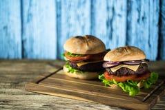 Hamburgers délicieux de fromage avec de la laitue et la tomate Closeu image libre de droits