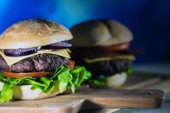 Hamburgers délicieux de fromage avec de la laitue et la tomate Closeu images libres de droits